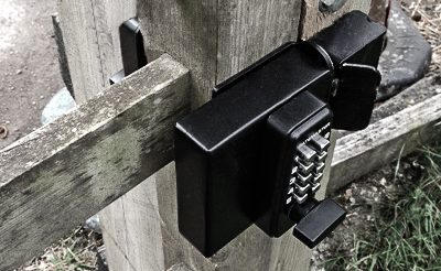 Keyless combination lock for wooden gates